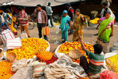 Asian women and man choose the flowers on crowded Flower Market — Stock Photo