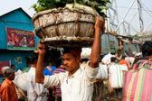 Asian worker run on the busy Mullik Ghat Flower Market — Stock Photo