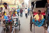 Riksza ręcznie wyciągnął riksz i cyklu spotkał na ulicy — Zdjęcie stockowe