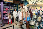 Riksza cyklu rush na ruchliwą ulicę indyjski — Zdjęcie stockowe