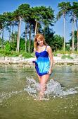 Jolie femme marchant dans la mer — Photo