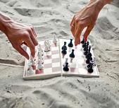 Изображение человеческих рук с шахматный рисунок сделать шаг — Стоковое фото