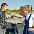 Boss giving instructions to builder at construction site — Stock Photo