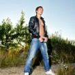 Stylish handsome man posing outdoors — Stock Photo