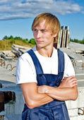 Constructor de guapo en guardapolvos en sitio de construcción — Foto de Stock