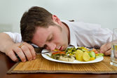 Dronken man slapen in zijn diner plaat — Stockfoto