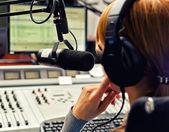 Vista trasera del dj femenina trabajando frente a un micrófono en la radio — Foto de Stock