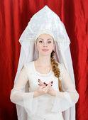 Russisch meisje in klederdracht en kokoshnik. — Stockfoto
