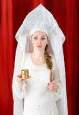 Chica rusa en traje tradicional y kokoshnik. — Foto de Stock