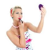 пин ап портрет женщины, применения помады. изолированные на белом фоне. — Стоковое фото