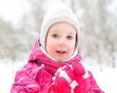 Portrait de petite fille mignonne sur fond de parc d'hiver — Photo