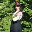 公園でロシアの伝統的な衣装のきれいな女性 — ストック写真