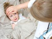 Draufsicht einer kranken kind im bett liegend und besuchen ihren arzt — Stockfoto
