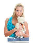 Genç kadın oyuncak ayı ve salonu çanta güzel. beyaz izole — Stok fotoğraf