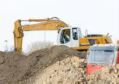 Escavadeira e caminhão no canteiro de obras — Foto Stock