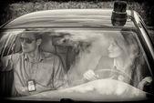 Zwei junge Detektive, die Fahrt zum Tatort. schwarz und weiß — Stockfoto