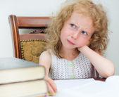 本を読んで小さな女の子を考えてください。 — ストック写真