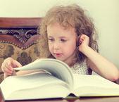 かわいい女の子の読書 — ストック写真