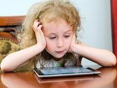 使用 tablet pc 的可爱小女孩 — 图库照片