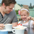 Father and daughter having lunch in outdoor cafe — Stock Photo