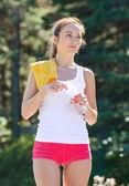Sportovní mladá žena s lahví vody — Stock fotografie