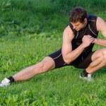 jeune sportif échauffement avant la séance d'entraînement dans le parc — Photo