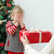 Man surprising little girl with christmas gift — 图库照片