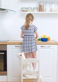 Little girl making meal in the kitchen. — Stok fotoğraf