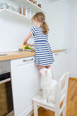 Little girl making meal in the kitchen. — Foto de Stock