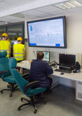 рабочие в комнате управления тепловой электростанции. — Стоковое фото