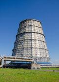 Parte della centrale termoelettrica. Torre di raffreddamento ad acqua. — Foto Stock