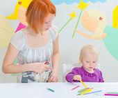 Madre e bambino, disegno con matite colorate. — Foto Stock
