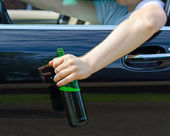 Driving Under the Influence. Male hand with bottle of beer. — ストック写真