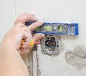 Elektryk instalacji podstawka pod włącznik światła. — Zdjęcie stockowe