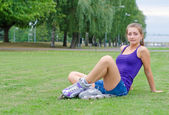 Young woman on roller skates in the park. — Stock Photo