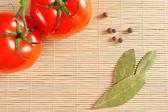 Rajčata a bobkový list — Stock fotografie