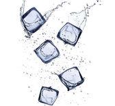 Kolekcja kostek lodu z plusk wody — Zdjęcie stockowe