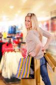 Krásná blonďatá dívka nakupování — Stock fotografie