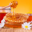 Honey in jar with honeycomb and wooden drizzler — Stock Photo