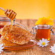 Honey in jar with honeycomb and wooden drizzler — ストック写真