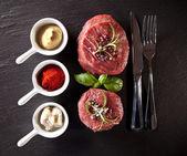 Kara taş üzerine taze et çiğ biftek — Stok fotoğraf