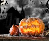 хэллоуин тыква на дереве с темным фоном — Стоковое фото