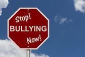 остановить издевательства теперь знак — Стоковое фото