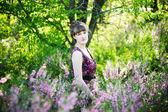 Belle jeune femme avec des fleurs — Photo