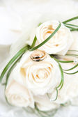 Wedding rings and bouquet — Stock Photo