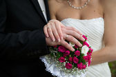 Bouquet and hands with rings — Stockfoto