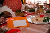 Carta di posto vuoto sul tavolo festivo bianco — Foto Stock