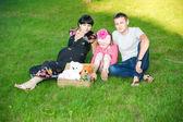 Ung familj — Stockfoto