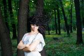 Vacker ung flicka i parken — Stockfoto