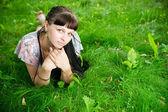 красивая молодая девушка в луг — Стоковое фото